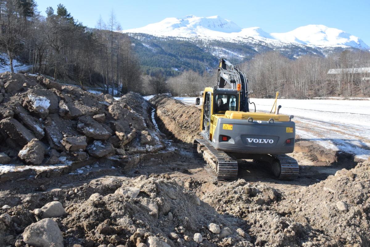 450 meter med platrør skal ned i grøfta for å hente varme frå grunnvatnet.  Foto: Jon Olav Ørsal
