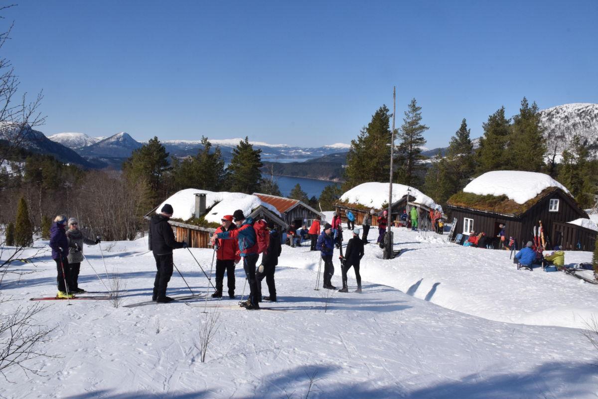 Flott dag på Nordviksetra - folk kosa seg i det fine vêret. Foto: Jon Olav Ørsal