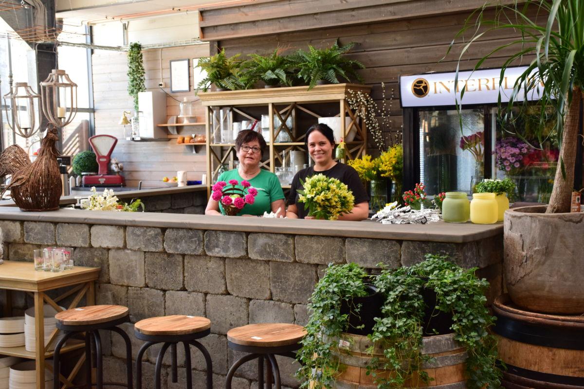 Blomsterpiker på plass i ny avdeling i Hageland Surnadal - Torill Kvande og Ida Bochkon.   foto: Jon Olav Ørsal