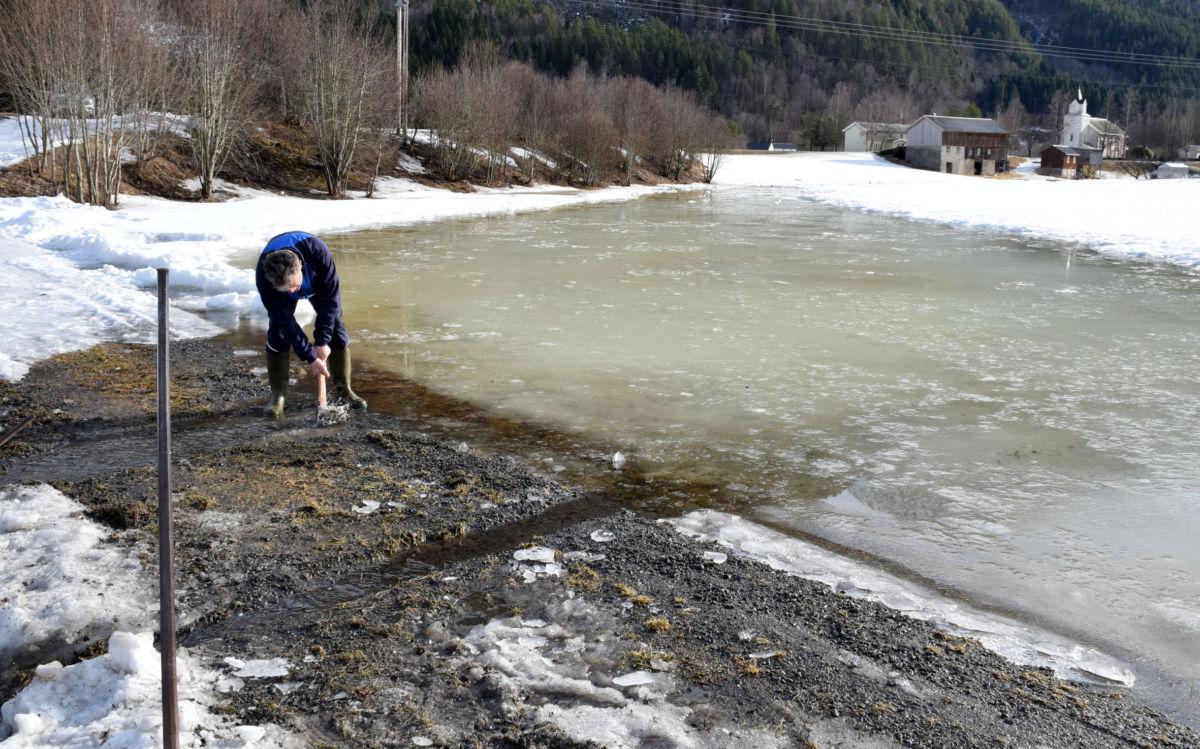 Det var mykje vatn innover ekra - og vannposten var full av is.  Foto: Jon Olav Ørsal