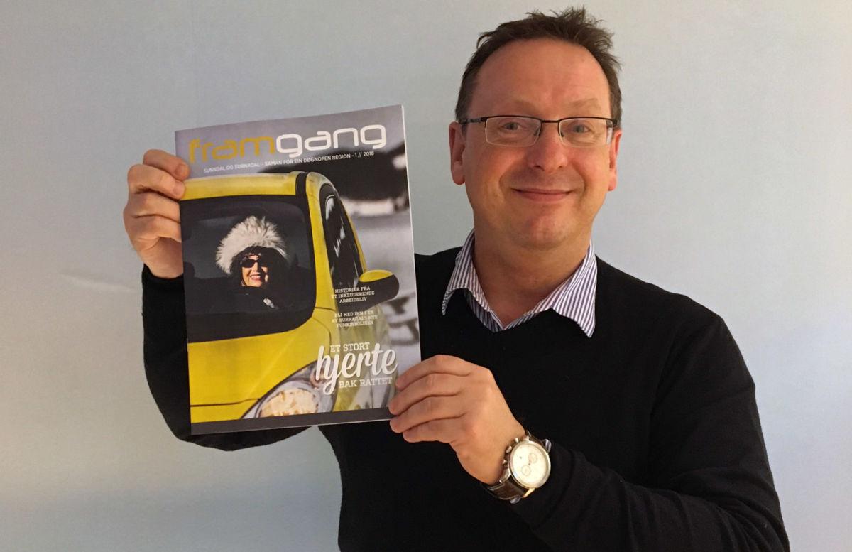Avdelingsleiar Stig Husby er stolt av det første nummeret  av Framgang.