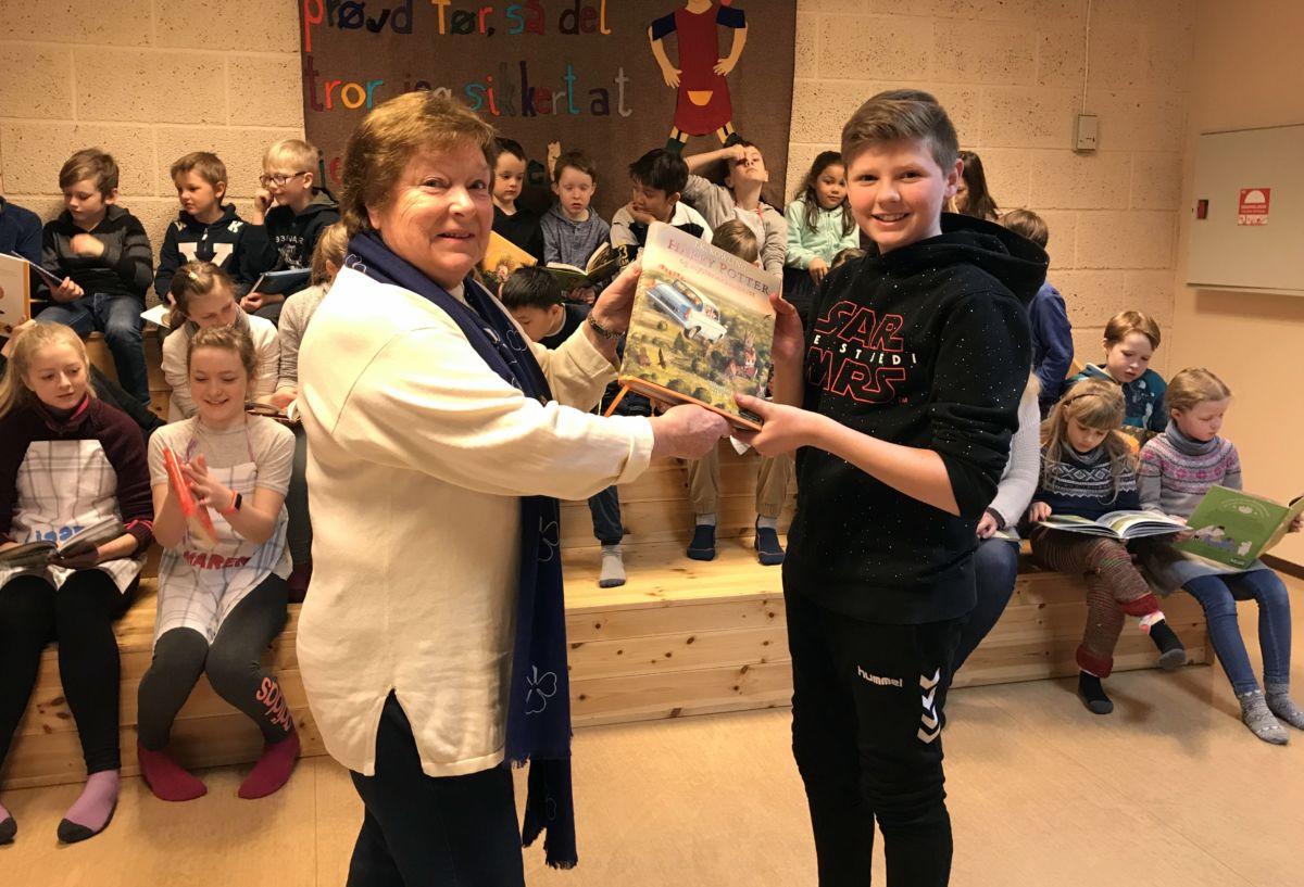 Leiaren i elevrådet Martin takka leiaren i Todalen sanitetsforening for bokgåva. Foto: Dordi J H