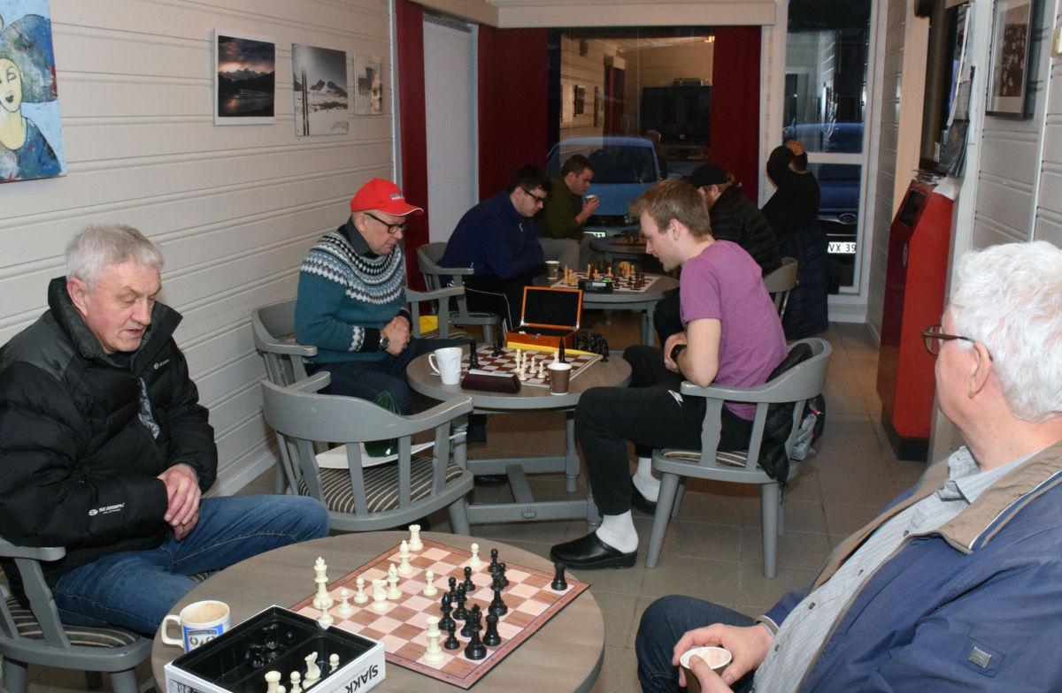 Første parti ferdig - Ragnar vann mot Anders.  Vidare ser vi Terje og Emil, Sigurd og Ola og Amund som spelar mot Bernt V.  Foto: Jon Olav Ørsal