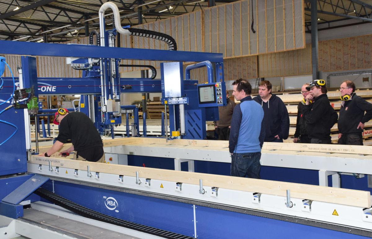 For eit par-tre veker sia vart det installert automatisk monteringsmaskin for produksjon av byggelement. No er maskina klart til bruk.  Foto: Jon Olav Ørsal