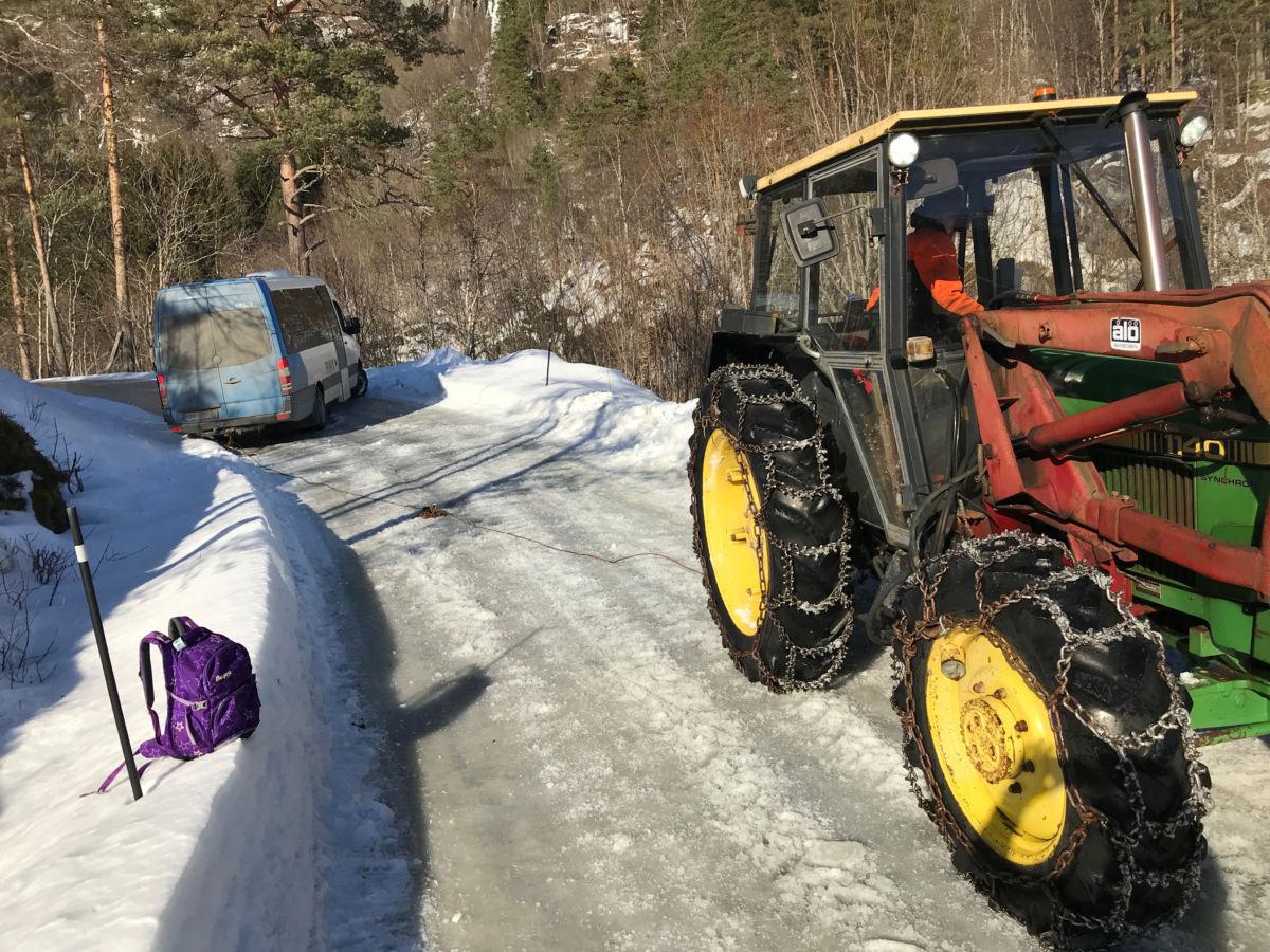 Svein Talgø var raskt på pletten med traktor for å få bussen inn på vegen igjen.  Foto: GK
