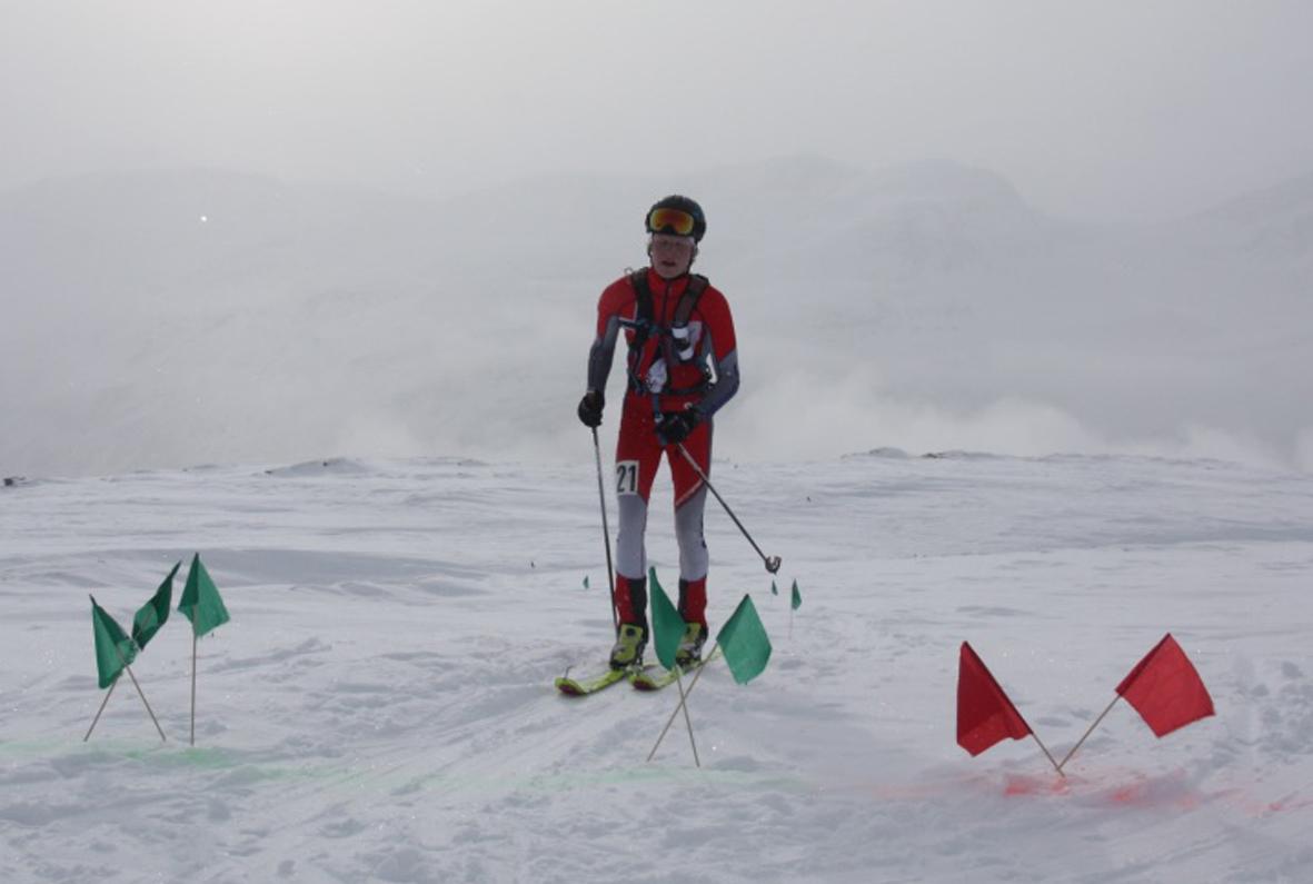 Sondre Svensli leia frå start til mål, her passerer han fotografen oppå toppen 1040.  Foto: Ellinor Bolme