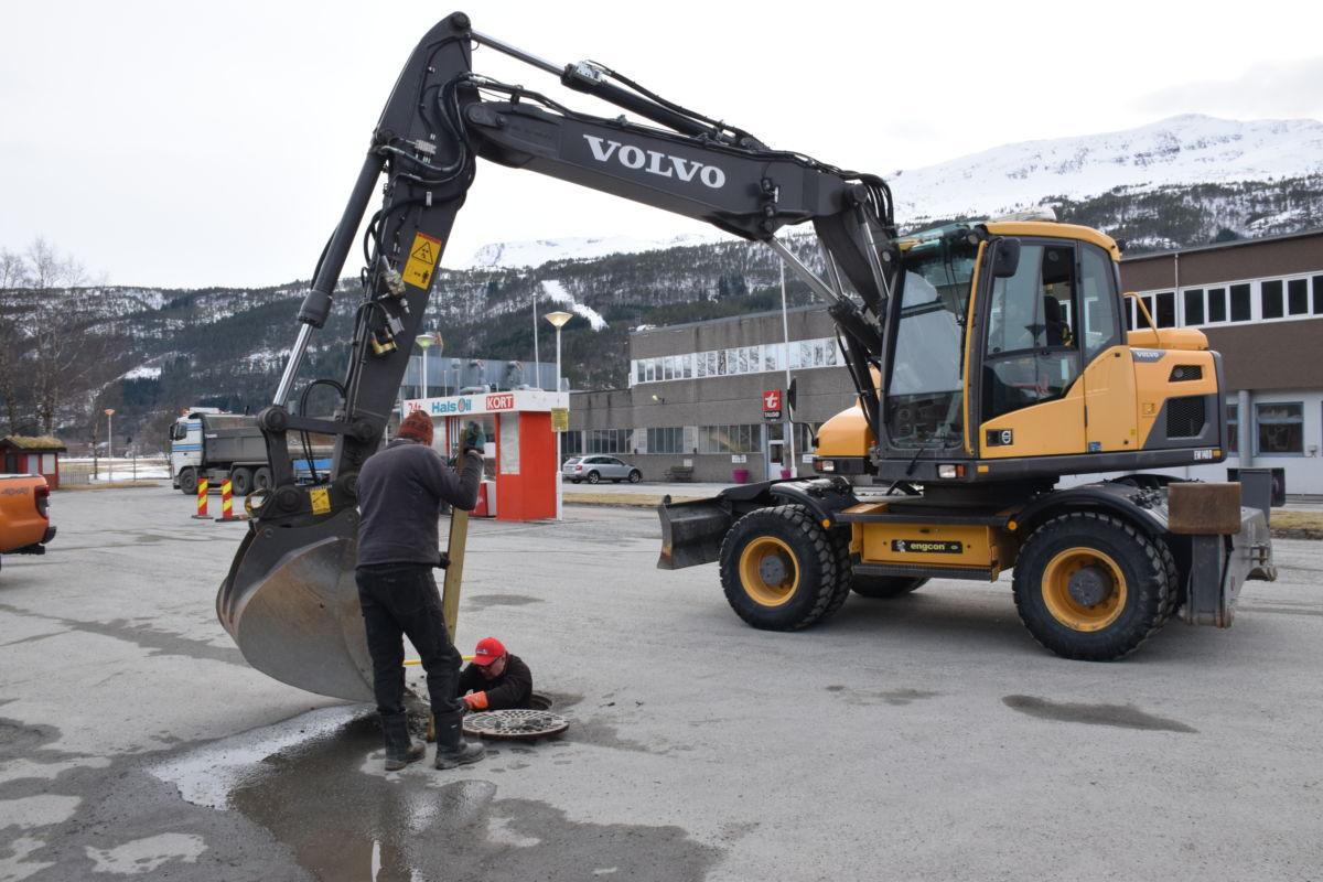 Arbeidet med reparasjon av avløpskummane er i full gang.  Foto: Jon Olav Ørsal