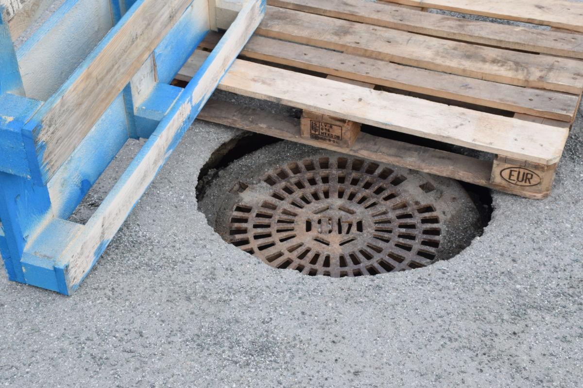 Undergraving av kummane fører til at dei synker ned.  Foto: Jon Olav Ørsal