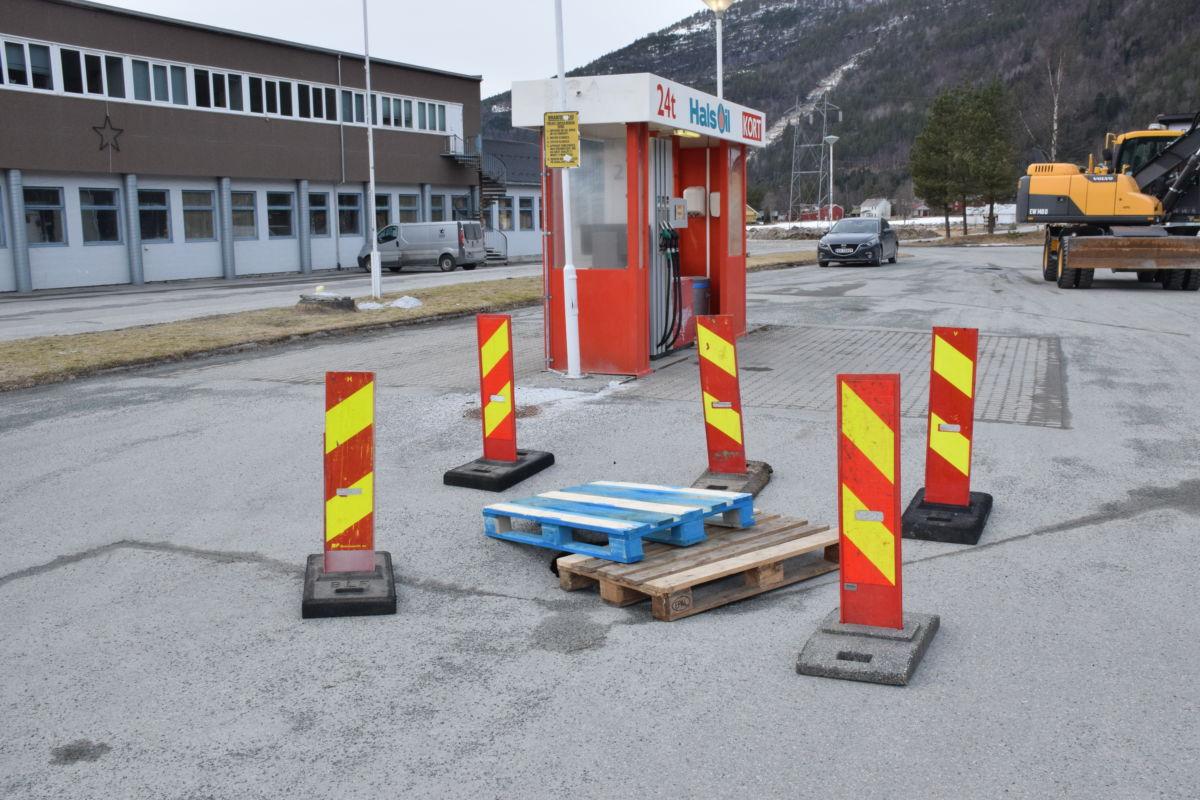 Like ved drivstoffpumpa har kummen synket ned 20-30 cm.  Foto: Jon Olav Ørsal