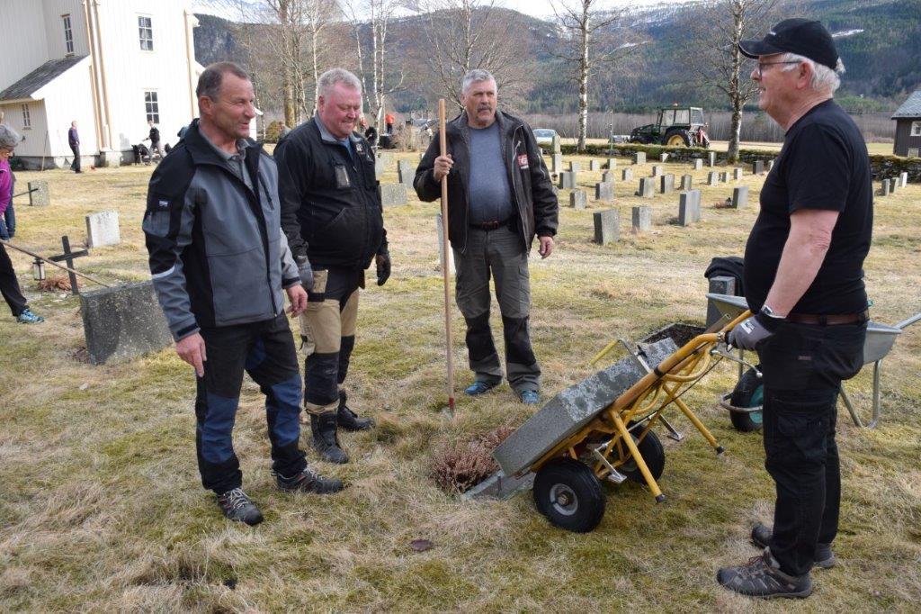 Retta opp gravstøtter - frå venstre Ola bruset, Ståle Ansnes, Anders Todalshaug og John Moe.  Foto: Jon Olav Ørsal