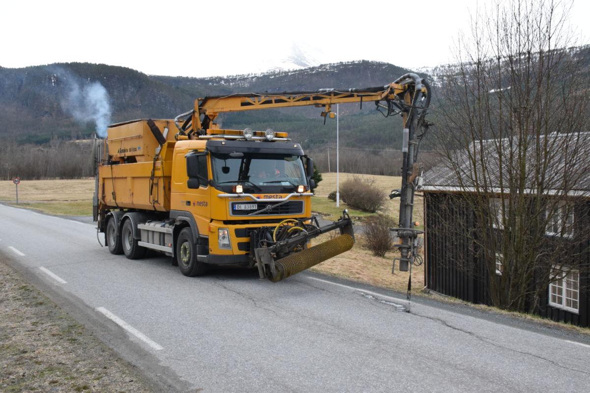 Spesialbilen frå Mesta Frei reparerte hol og sprekker på fylkesvegane i Todalen.  Foto: Jon Olav Ørsal