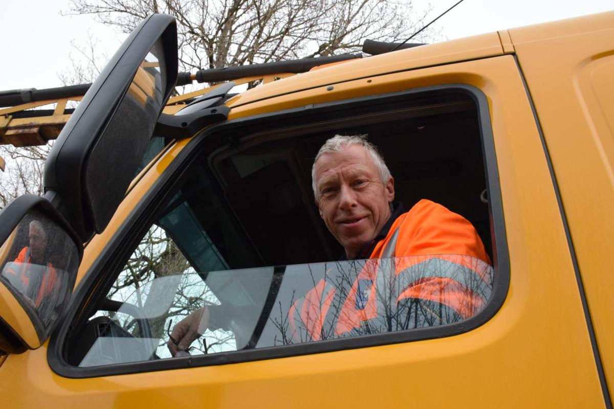 Jonny Stakvik kom frå mesta Frei for å reparere asfalten rundt bygda.  Foto. Jon Olav Ørsal