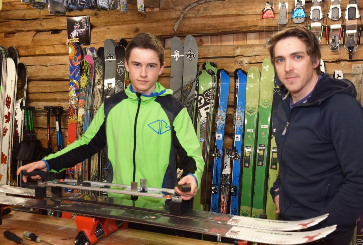Erik monterer bindinger på randoneeski med kyndig veiledning frå Fredrik Thoresen Sletten.  Foto: Jon Olav Ørsal