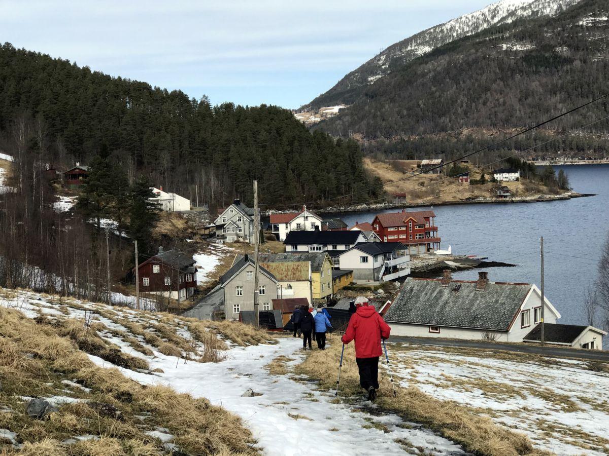 På tur ned mot Todalsøra. Foto: Dordi J H