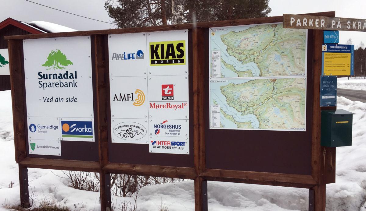 Infotavle ved vang skistadion med både vinter- og sommarkart.  Foto: Jon Olav Ørsal
