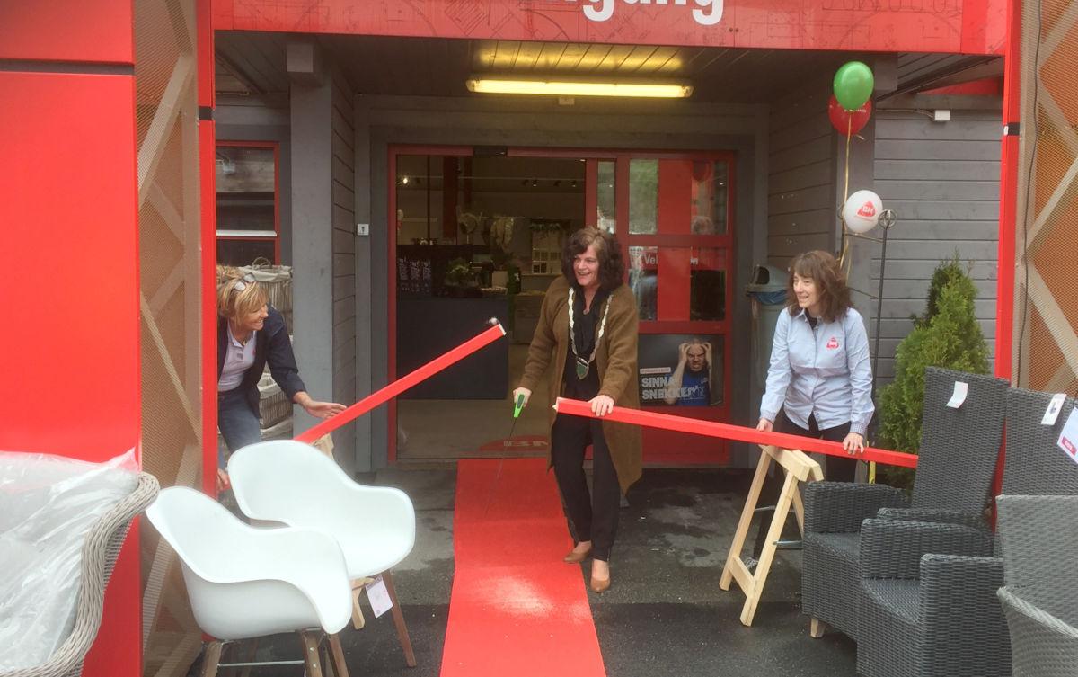 Ordførar Milly Bente Nørsett fikk den store æra å opne nybutikken - her god assistert av May Britt Dyrli og May Anita Dønheim.  Foto: Driva/JM
