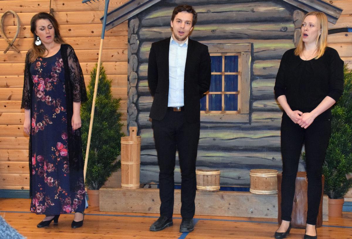 Operasong i Bøfjorden grendahus - frå venstre Sigrid v. Bøe, Erik Rosenius og maria Nohr.   Foto: Jon Olav Ørsal
