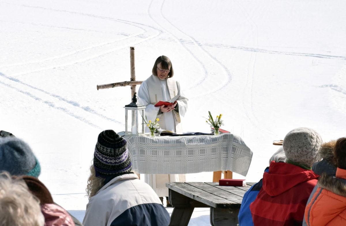 Sokneprest kristin Strand var imponert over gjenklangen frå salmesongen i Storhaugen. Foto: Jon Olav Ørsal