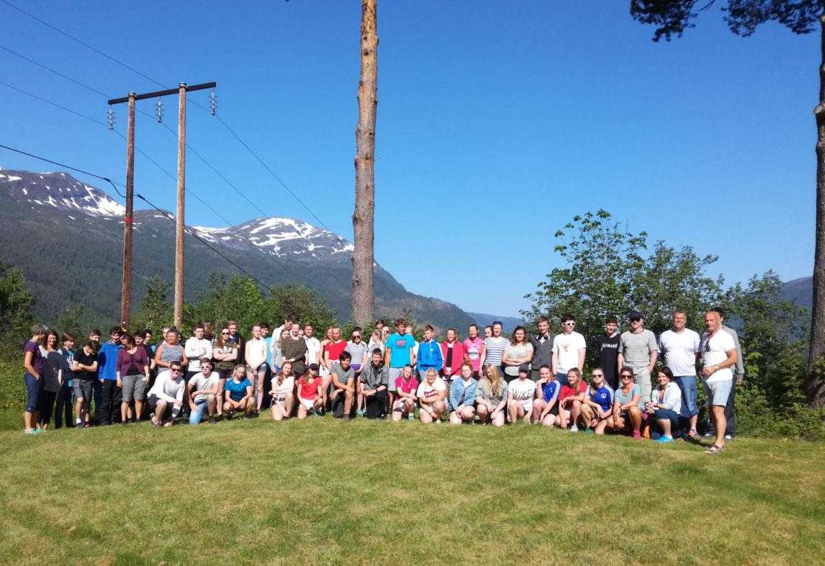 10.-klassen ved Surnadal ungdomsskule fotografert framfor Todalshytta.  Foto: Terje Kristiansen/Todalshytta
