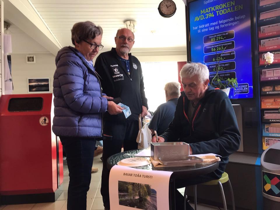 Jorunn Husby  og Tryve Halle støttar opp om Todalen IL sitt stiprosjekt. RAgnar noterer det snaraste han vinn!  Foto: Dordi J H