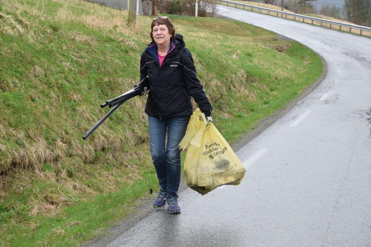 Eva sande hadde fått mykje plast i sekken sin etter ein tur langs vegen gjennom Nordvik.  Foto: Jon olav Ørsal