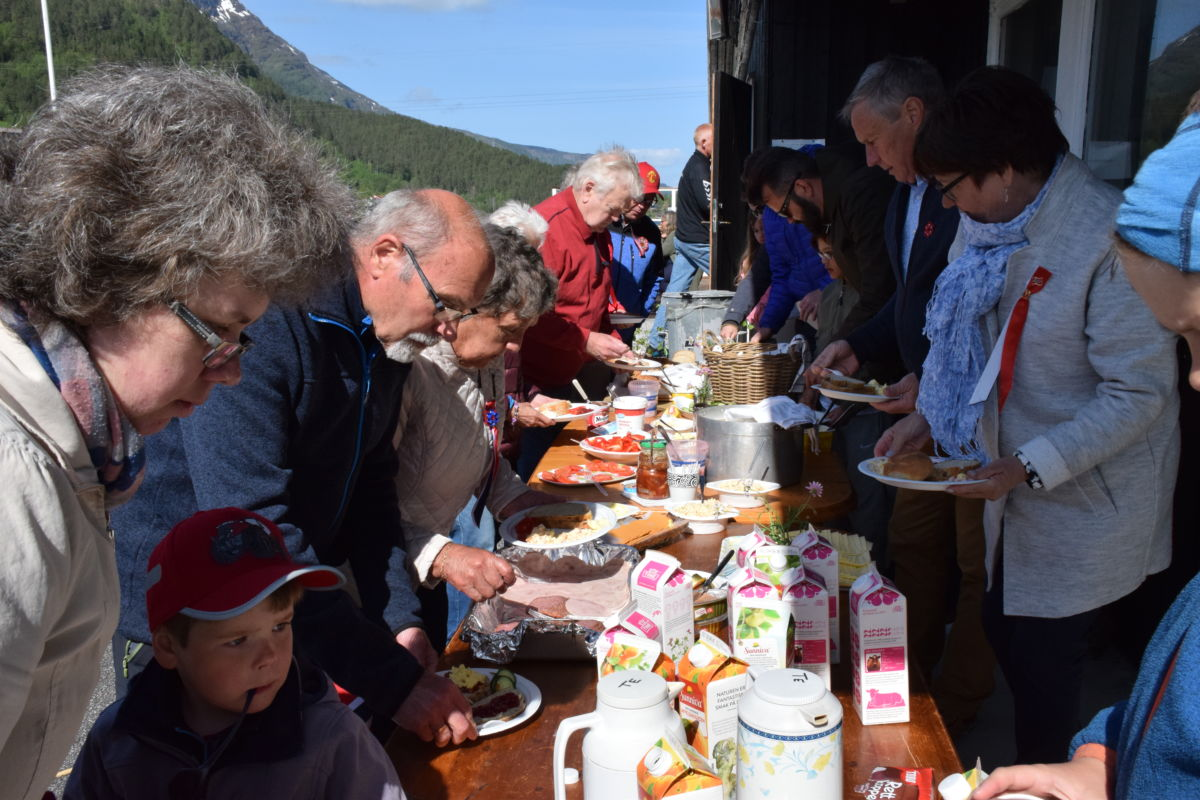 Ståande frokostbuffe på Bordholen på nasjonaldagen, med 140 rundt bordet.  Foto: Driva/Jon Olav Ørsal