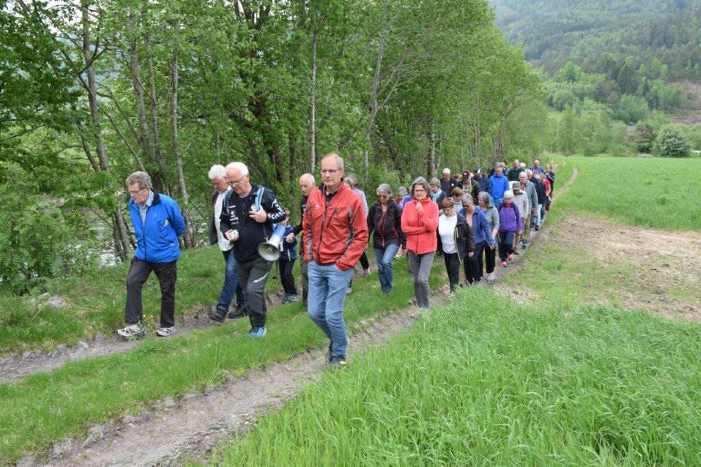 Historisk vandring på Kvennset - her på tur etter gammelvegen langs Toåa.  Foto Jon Olav Ørsal