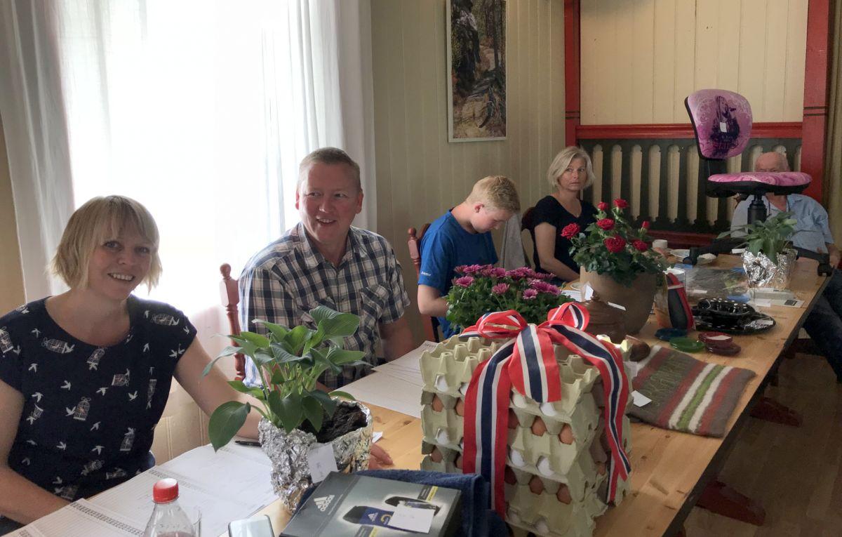 Allsidig basarbord. Loddseljarar Laila Kvendset, Michal Heimlund, Ola Bolme, Jorunn Nordvik. Illustrasjonsfoto: Dordi J H