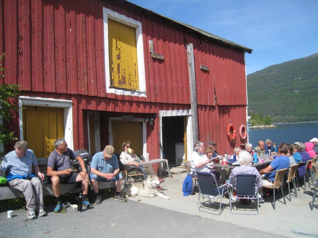 Kafferast på plassen framfor Pakkhuset Kro på Todalsøra. Foto: Sigrun Ørsal
