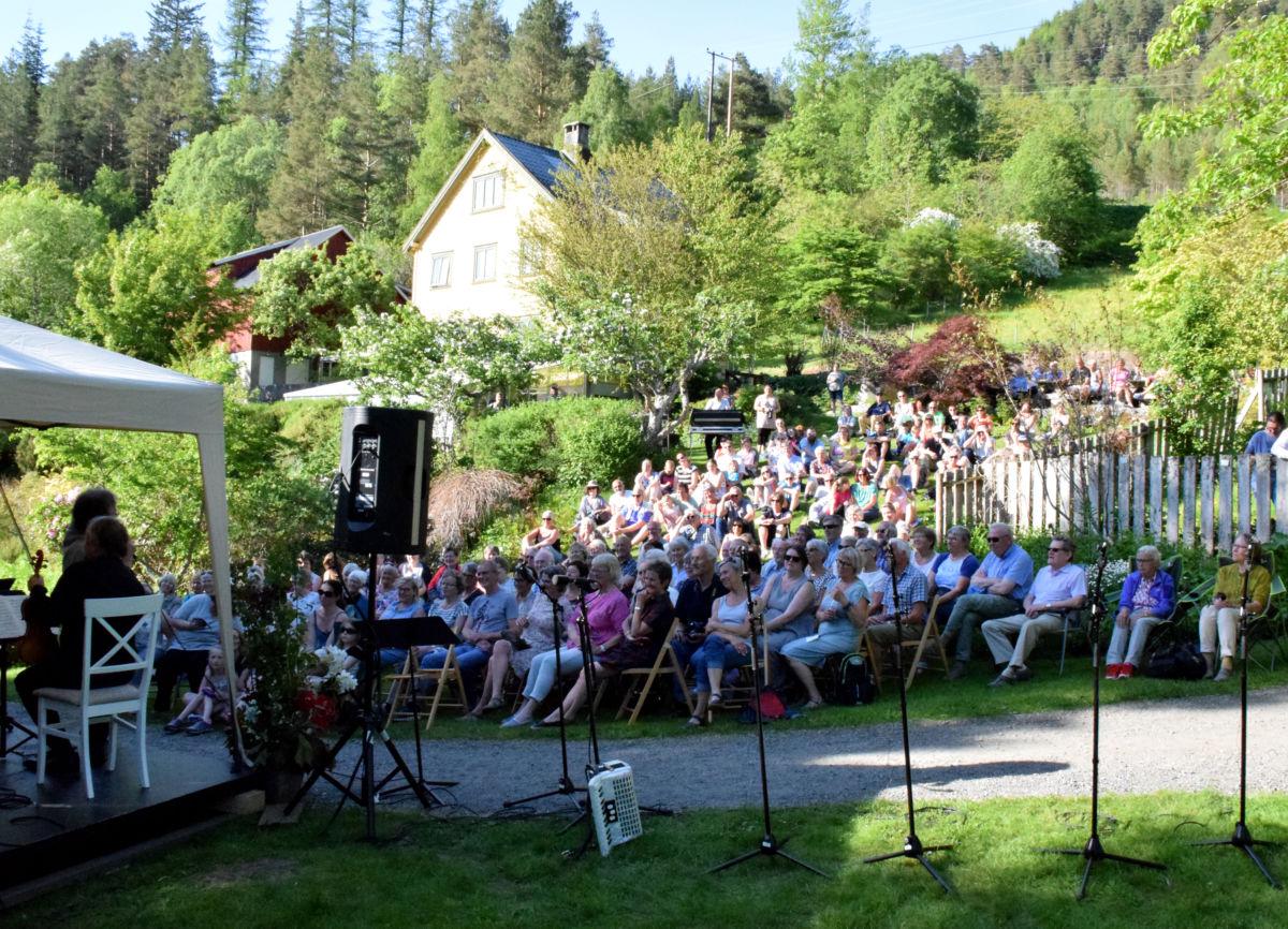 Publikum kosa seg i sommarkvelden i arboretet.  Foto: Jon Olav Ørsal