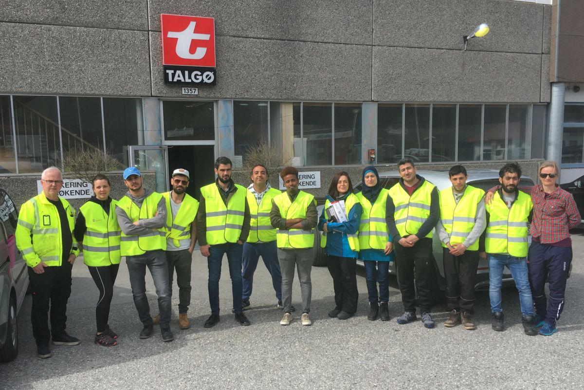 John Moe, lengst til venstre, viste rundt på Talgø Møretres anlegg i Todalen.  Foto: Jon Olav Ørsal