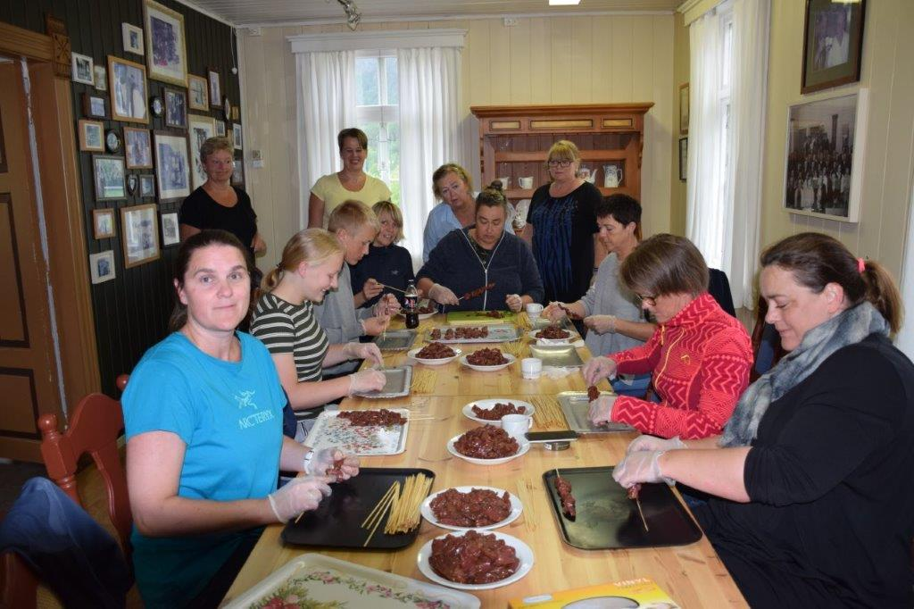 Grillspyd på dugnad - 800 grillspyd skal være klare til Todalsdagen.  Foto: Jon Olav Ørsal