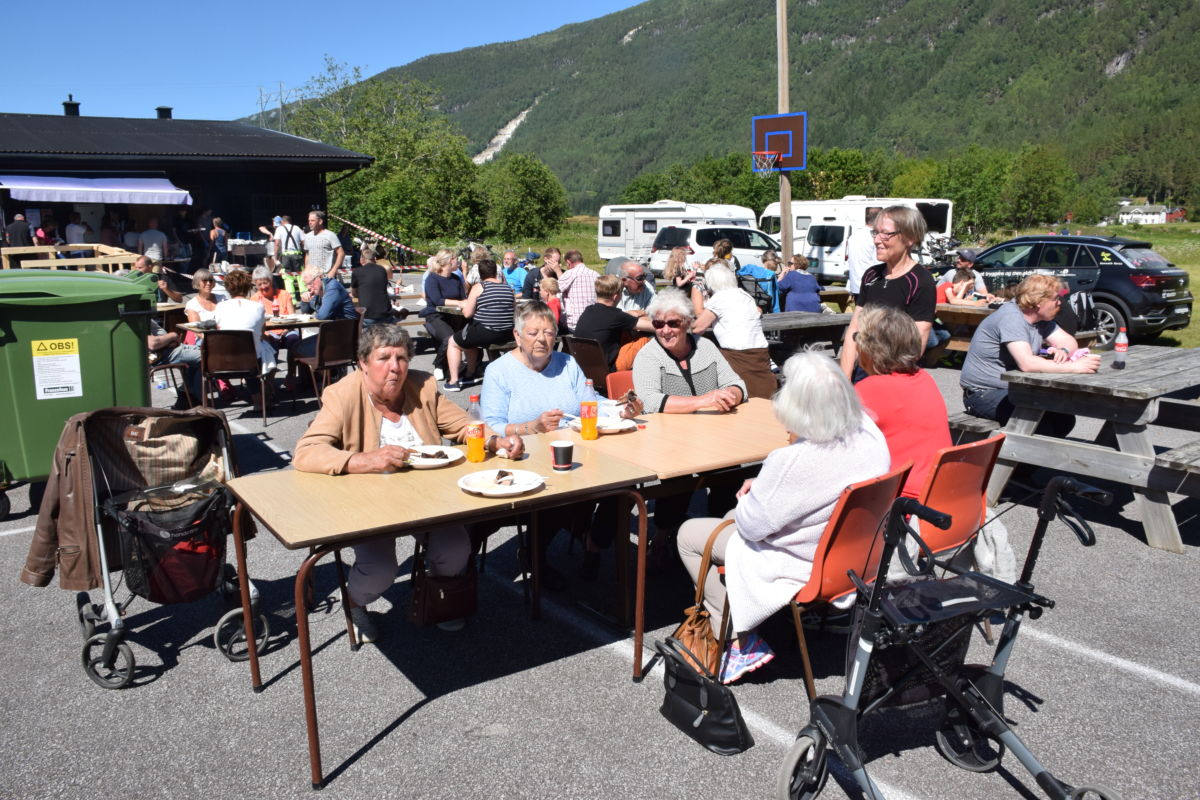 Folk kosar seg på uterestauranten på Bordholmen.   Foto: Jon Olav Ørsal