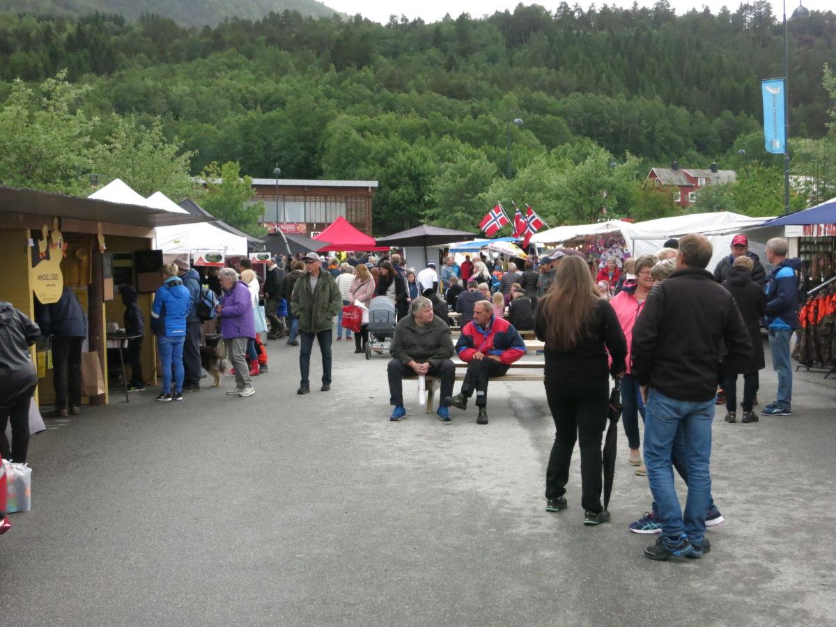 Bra med folk i marknadsgata laurdag, og stemninga var god.  Foto: Jon Olav Ørsal