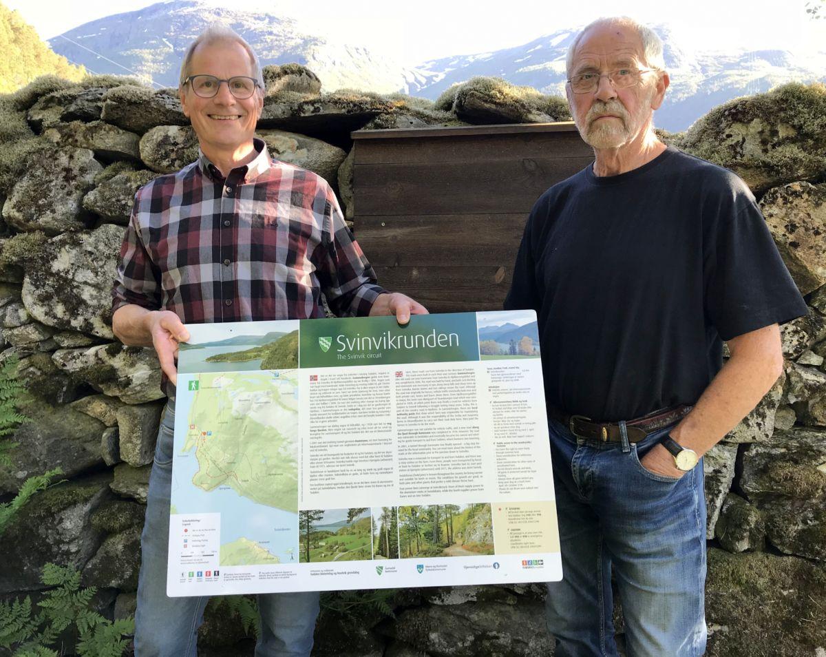 Sven Olav Svinvik og Kristoffer Nordvik viser fram informasjonstavla. Foto: Dordi J H