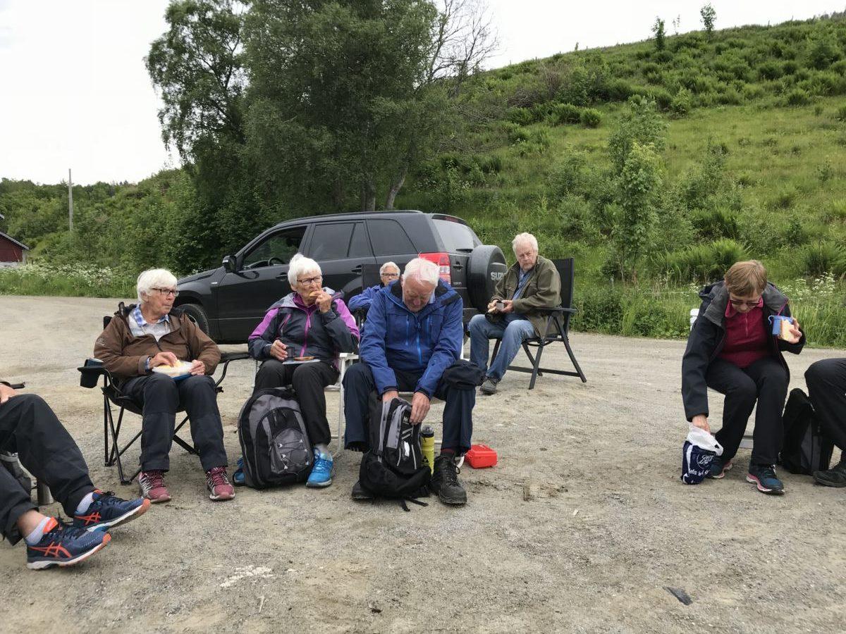 Etter turen langs Åsskardfjorden vart det ein lang pause med både kaffe og prat om laust og fast.  Foto: Wenche Kvendset