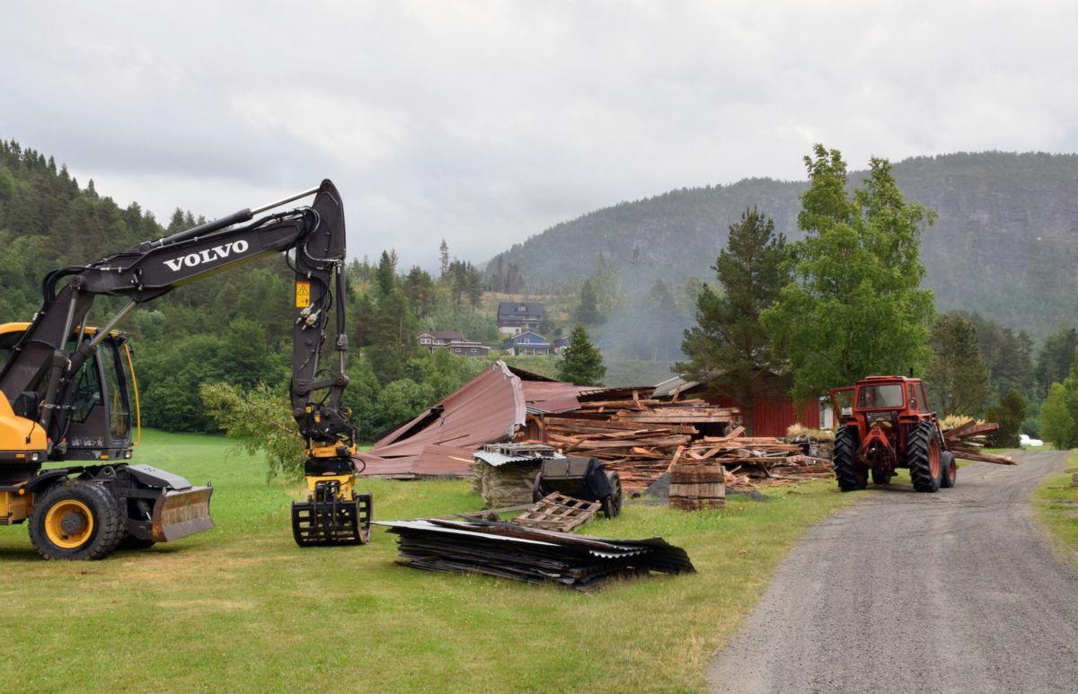 Den gamle Nilsstuløa vart reven i går - det var fort gjort for Per Gjeldnes.  Foto. Jon Olav Ørsal