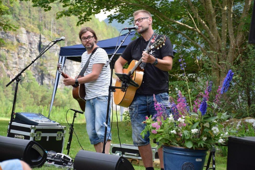 Jo Ranheim og Karstein Mauset under konserten i arboretet.  Foto: Jon Olav Ørsal