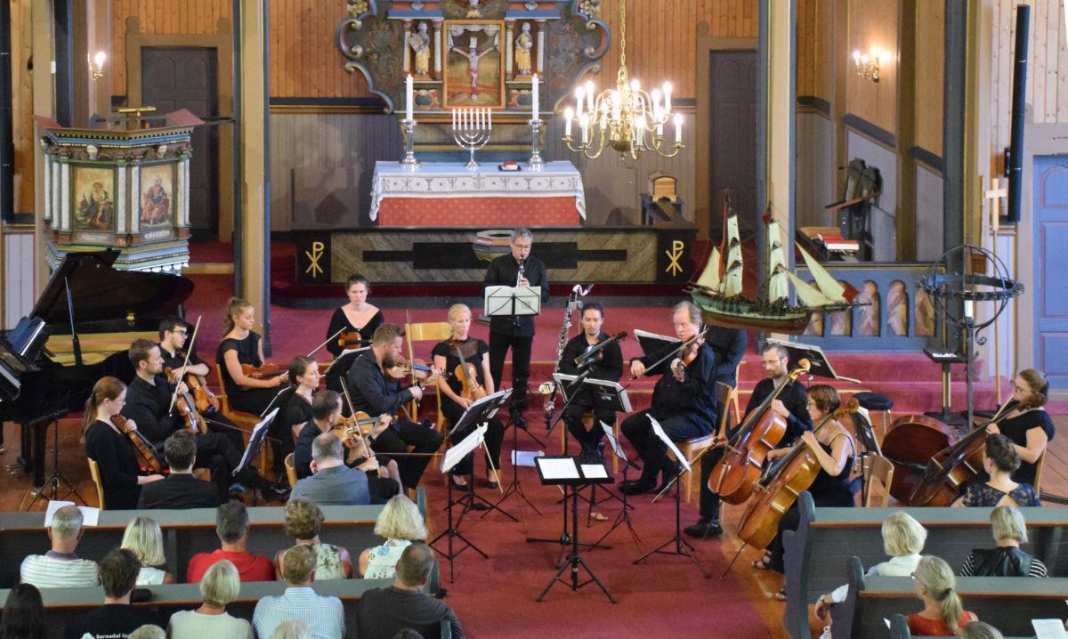 Stangvik kyrkje: TrondheimSolistene saman med Robert Pickup på klarinett.  Foto: Jon Olav Ørsal