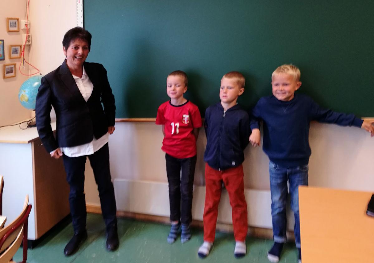 Førsteklassingane ved Todalen skule i lag med ordførar lilly gunn Nyheim.  Foto: Britt Mossing