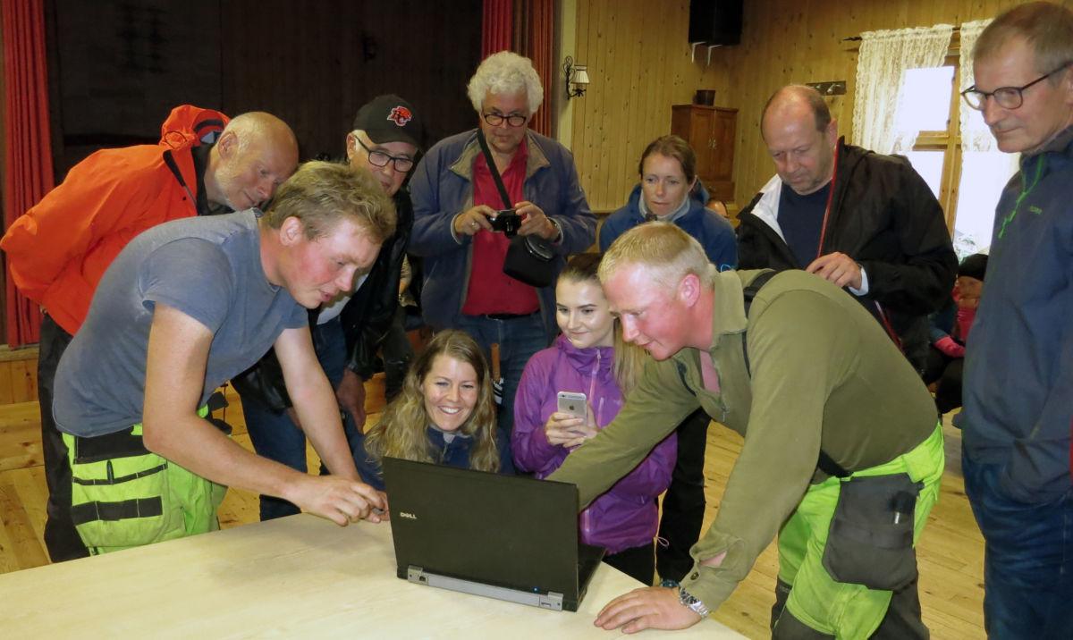 Dei to arkeologane viste bilder og orienterte om korleis dei korleis dei har jobba.  Foto: Jon Olav Ørsal
