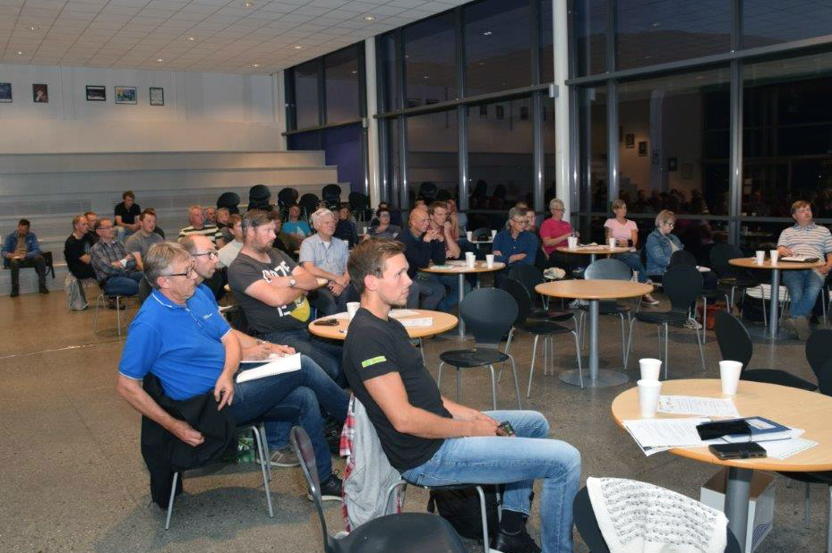 Mange bønder hadde møtt fram for å ta del i informasjonsmøtet som Surnadal bondelag arrangerte onsdag kveld.  Foto: Jon Olav Ørsal