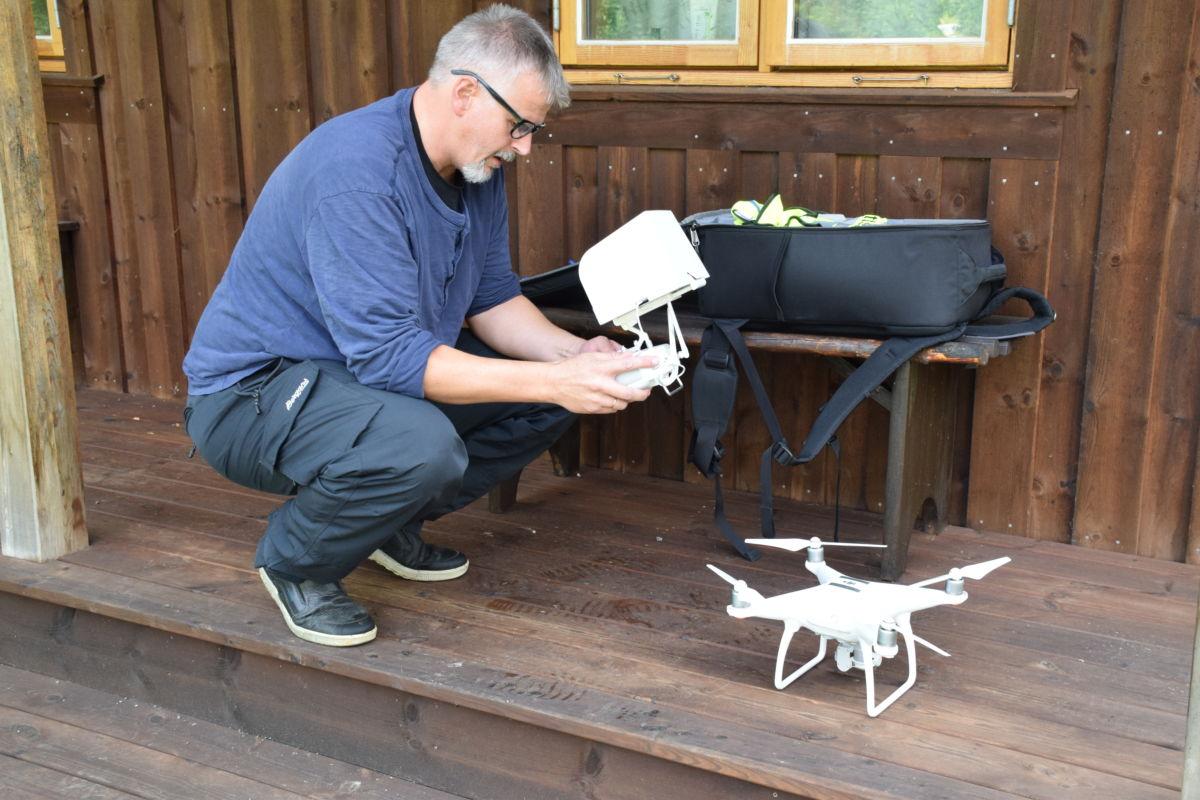 Steinar melby  er klar med drona som skal fange inn Todalen frå lufta.  Foto: Jon Olav Ørsal