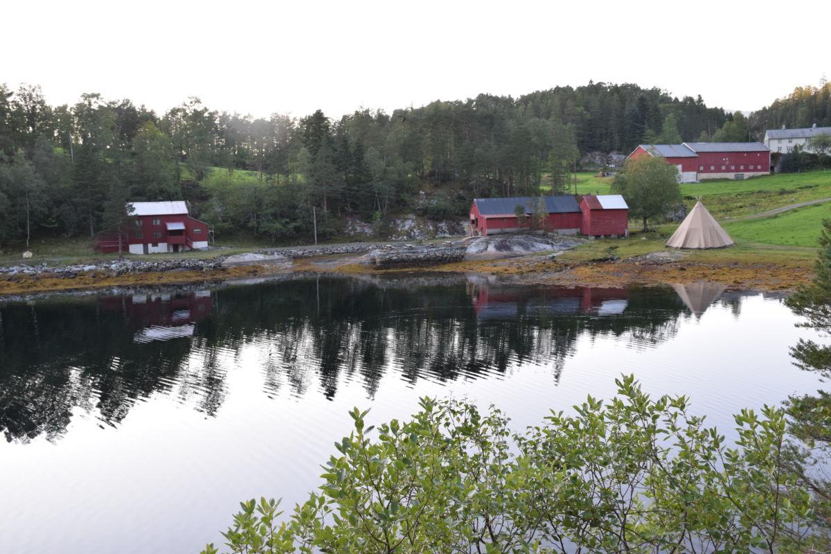 Stille før stormen i Svinvika fredag kveld - tipien er på plass og alt er klart for laurdagens arrangement.  Foto: Jon Olav Ørsal