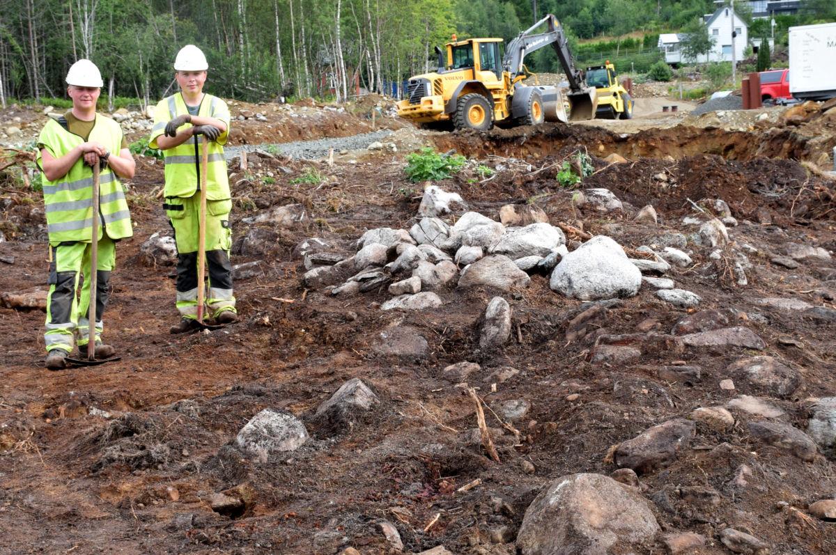 Spennande jobb for dei to arkeologane Vegard Hyttebakk og Ole Husby som stadig gjer nye funn! Foto: Jon Olav Ørsal