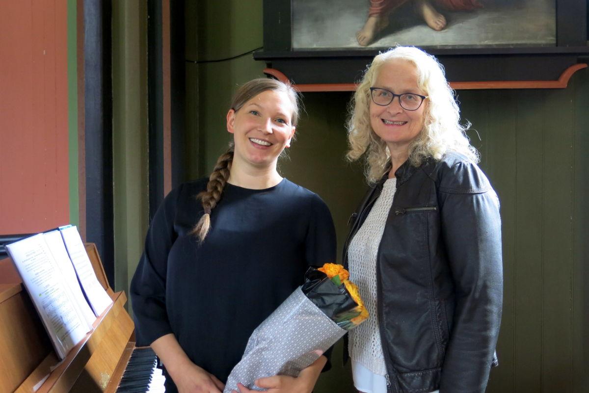 Hedda Hansen Berg fekk roser som velkomsthelsing av leiar i soknerådet Britt  Mossing. Foto: Dordi J H