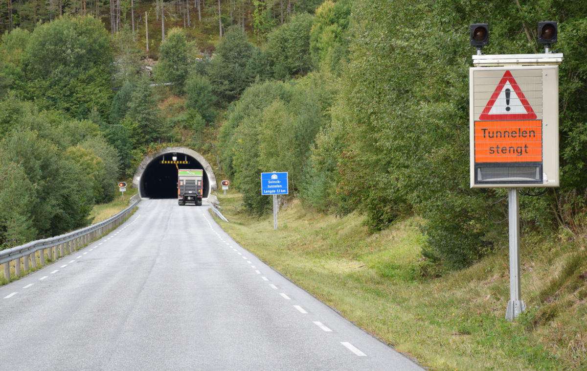 Svinvikstunnelen var stengt ein periode i dag. Foto: Jon Olav Ørsal