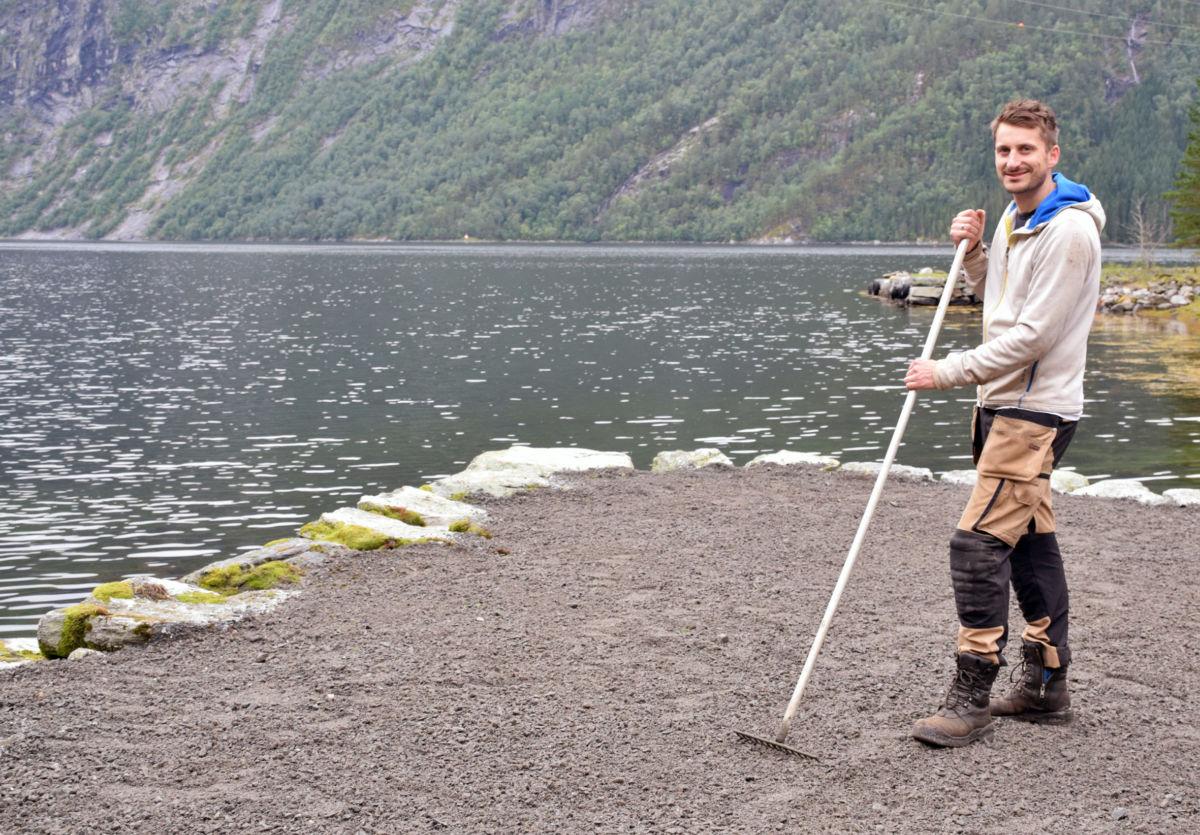 Tore driv med klargjering for å sette ut bord til uteserveringa på laurdag.  Foto: Jon Olav Ørsal