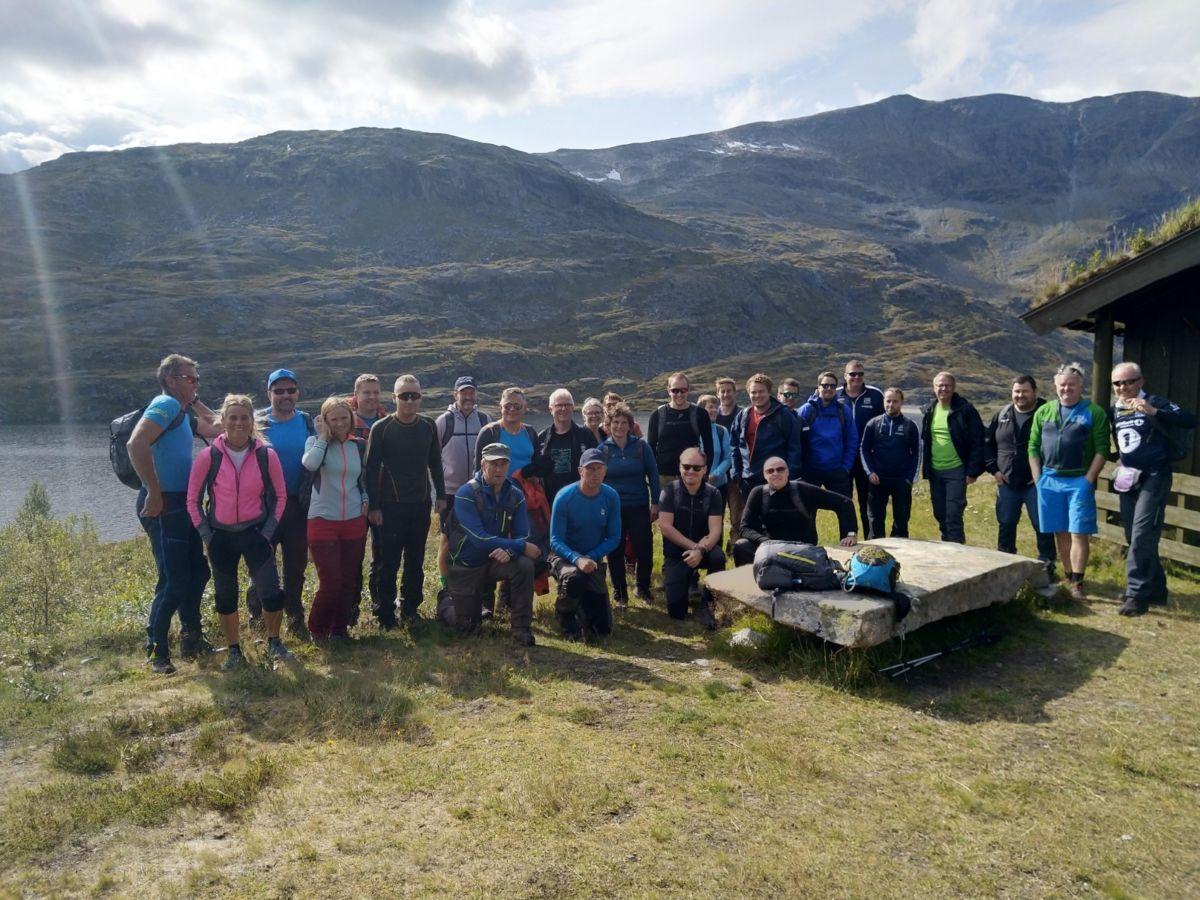 Heile gjengen samla og klare til start ved hytta på Tovatna - neste mål var Kårvatn i Todalen.  Foto: Lars Lillegård