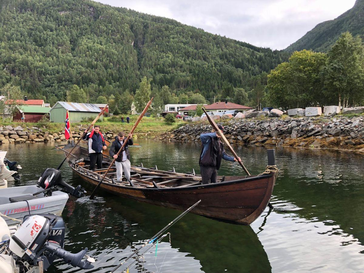 Sjøsettinga er unnagjort - klart for kapproing etter kvart!  Foto: Kjetil Sogge